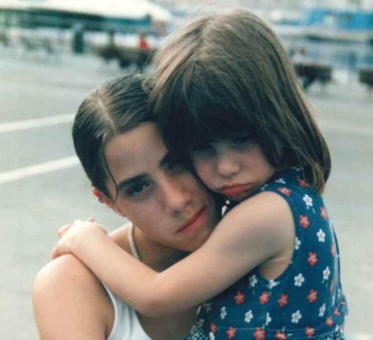 lacomunita bambina triste in braccio